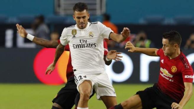 Dani Ceballos, del Real Madrid, ante Alexis Sánchez, del Manchester United, durante un partido de la Copa Internacional de Campeones, el Estadio Hard Rock de Miami Garden, Florida (EE UU).