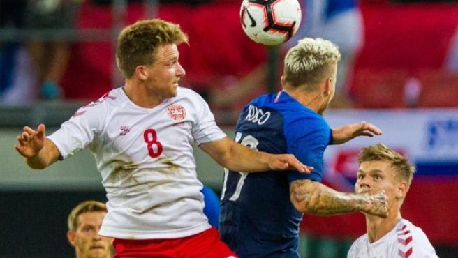 Juraj Kucka (d), de Eslovaquia, disputa un balón con Rasmus Johansson, de Dinamarca.
