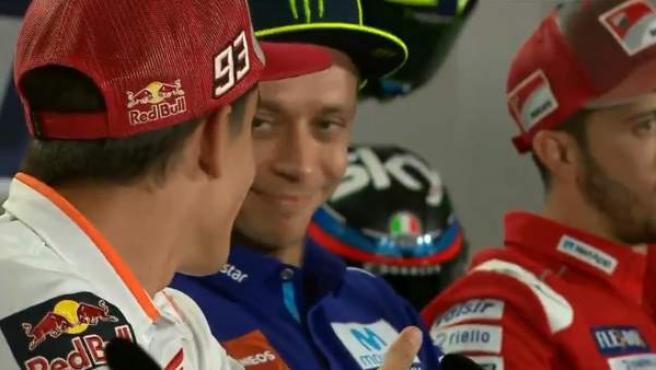 Marc Márquez le tiende la mano a Valentino Rossi en la rueda de prensa del GP de San Marino.