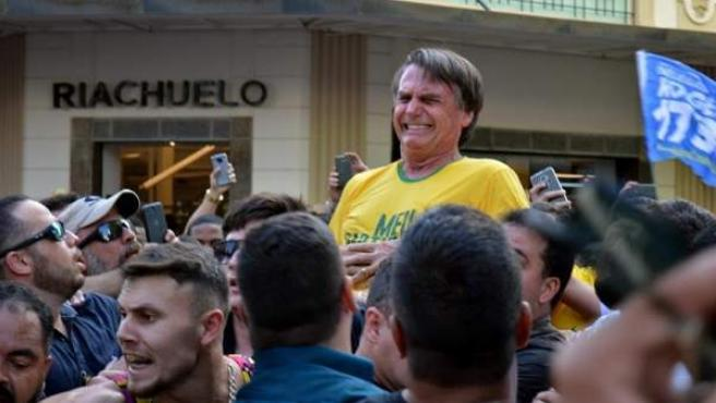 El candidato ultraderechista a las presidenciales brasileñas Jair Bolsonaro, en el momento de ser apuñalado durante un mitin en Juiz de Fora, estado de Minas Gerais (Brasil).