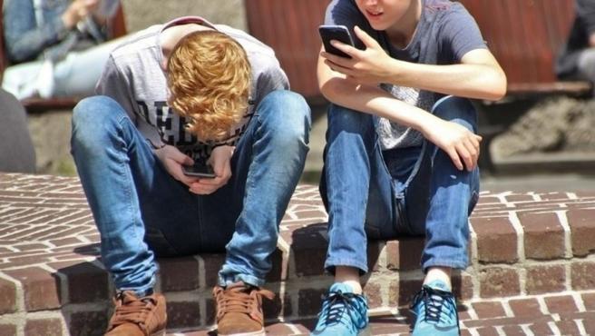 Menores con móviles.
