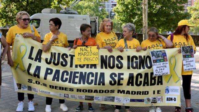 Members of the SOS Babies Stolen Association, at the gates of the Provincial Court of Madrid.