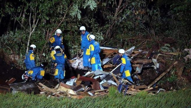 Policías buscan personas desaparecidas en una casa destruida en Atsuma (Japón), tras el terremoto de 6,7 grados que sacudió la isla norteña de Hokkaido.