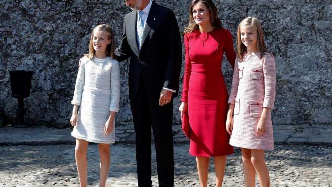 Los reyes Felipe y Letizia, la princesa Leonor (i) y la infanta Sofía (d) acuden a los actos conmemorativos del primer Centenario de la Coronación de la Virgen de Covadonga y del Parque Nacional de la Montaña de Covadonga.