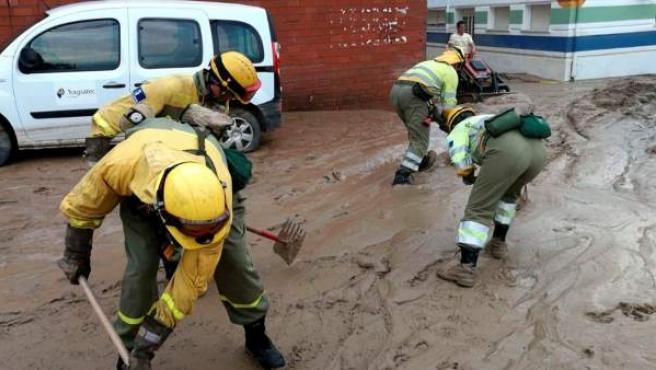 Efectivos de Infocam trabajan tras la lluvia torrencial caída esta tarde en la localidad toledana de Cebolla.