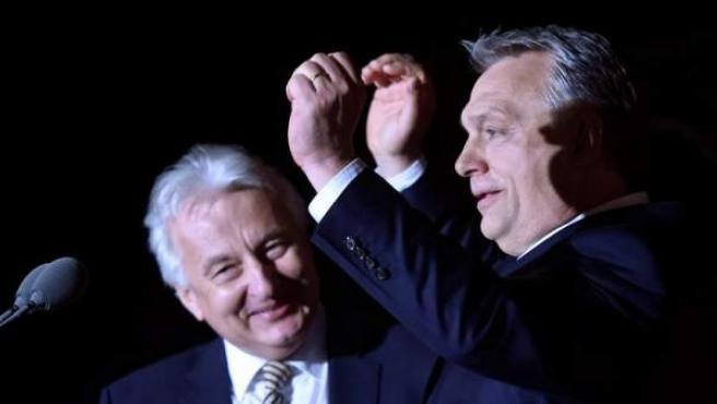 El primer ministro húngaro, Viktor Orbán (derecha), se dirige a sus seguidores en Budapest, tras su victoria en las elecciones generales.