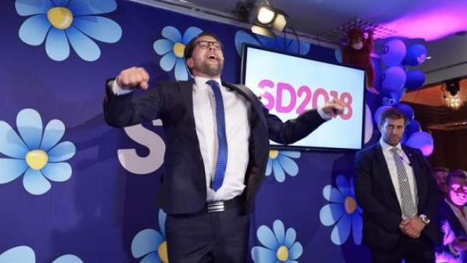 El líder del partido ultraderechista Demócratas de Suecia, Jimmie Akesson, celebra los resultados obtenidos por su formación en las elecciones generales suecas.