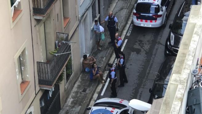 Agentes de los Mossos interviniendo en un altercado en La Barceloneta este verano.