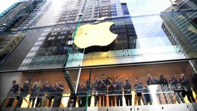 Empleados, en una tienda de Apple en Sidney, Australia.