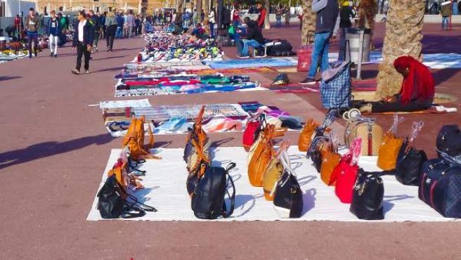 Mercancía del top manta en la zona del puerto de Barcelona.
