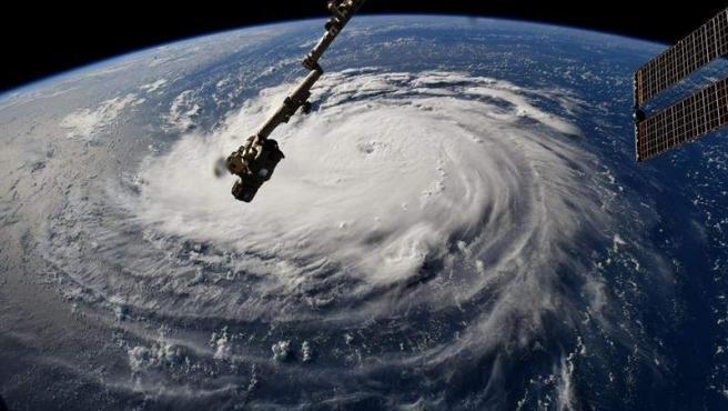 El ojo del huracán Florence mientras avanza por el Atlántico hacia las costas estadounidenses, en una fotografía tomada por el astonauta Ricky Arnold desde la Estación Espacial.