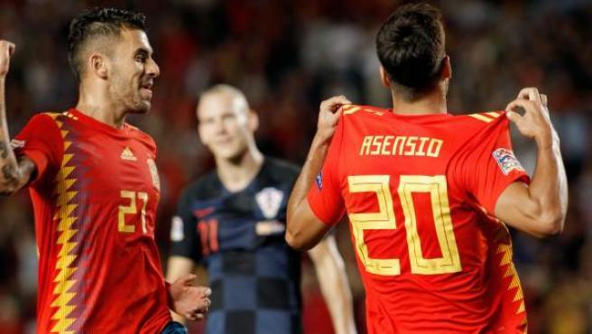 Marco Asensio celebra, junto a Dani Ceballos, uno de sus goles con España ante Croacia.