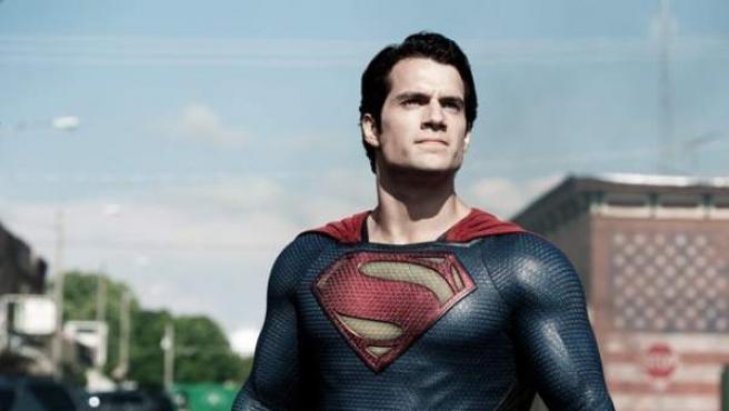 El actor británico Henry Cavill ha sido el último en ajustarse el traje de Superman.