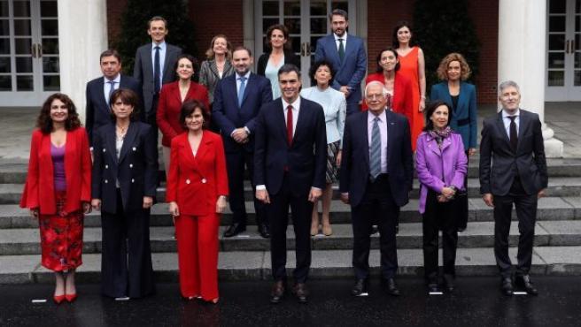 El presidente del Gobierno, Pedro Sánchez (c) posa junto a su gabinete tras el Consejo de Gobierno, en el Palacio de la Moncloa.