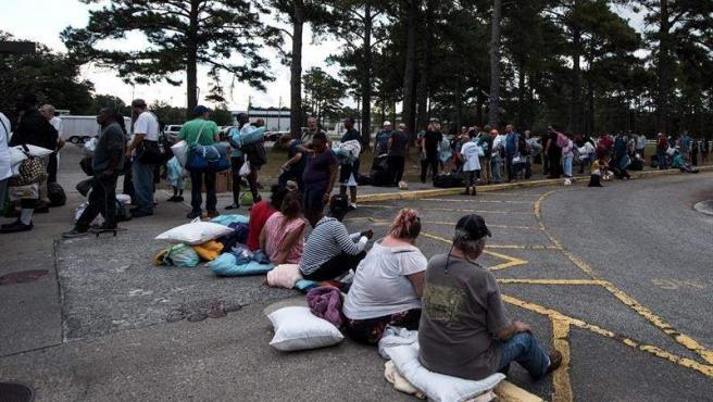 Personas evacuadas buscan refugio en una escuela secundaria en en Wilmington, Carolina del Norte (EE UU), ante la llegada del huracán Florence.