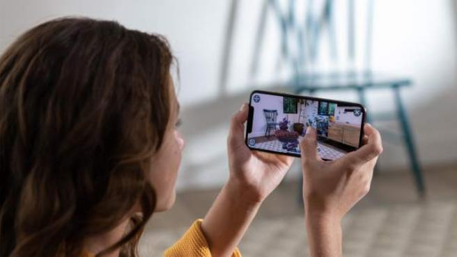 Una usuaria con un iPhone Xs Max.
