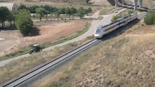 Un tractor va más rápido que el tren en Teruel.