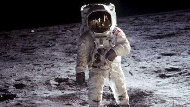 Momento en el que Neil Armstrong pisa la Luna el 20 de julio de 1969 al viajar con el Apolo 11.