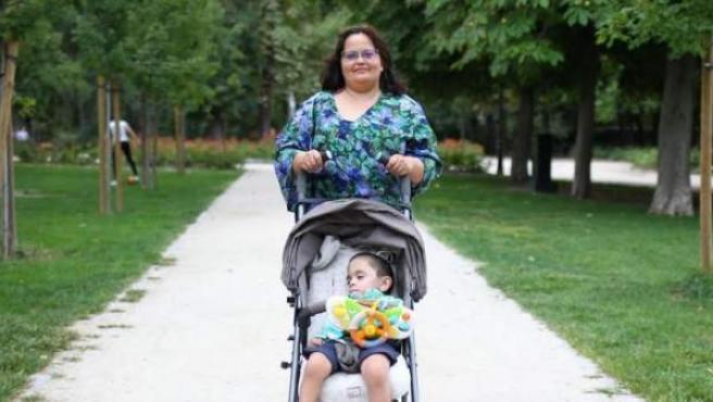Consuelo posa junto a su hijo, Paquito, un pequeño prematuro que ahora tiene tres años de vida.