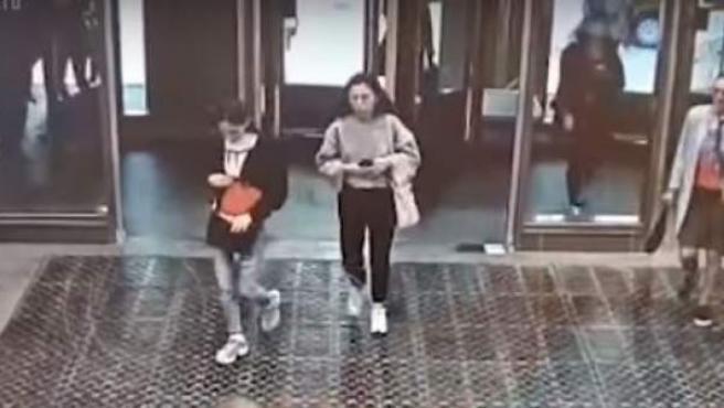 Una chica rusa se estampa contra una puerta de cristal por ir pendiente del móvil.
