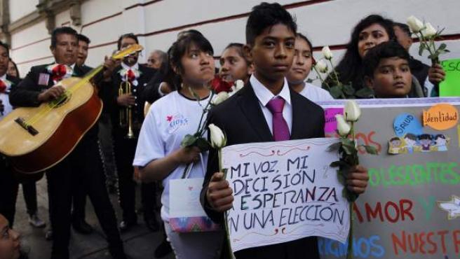 Un grupo de niños y mariachis dedican una serenata a López Obrador.