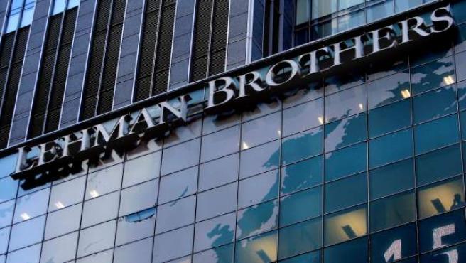 Logotipo del banco de inversiones estadounidense Lehman Brothers en la sede mundial de la compañía en Nueva York (Estados Unidos), el 15 de septiembre de 2008.