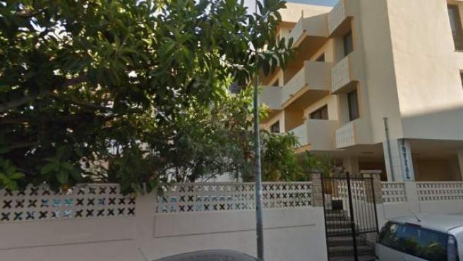 Imagen de un edificio de apartamentos con piscina en Sant Antoni, Ibiza.