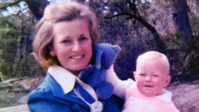 Lynette Dawson junto a uno de sus hijos.