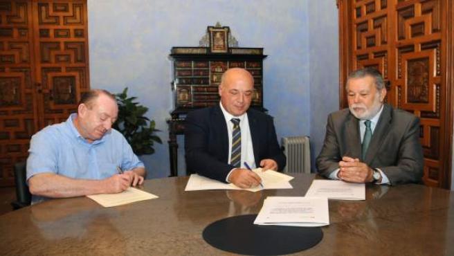 Firma acuerdo con el alcalde de Villaharta