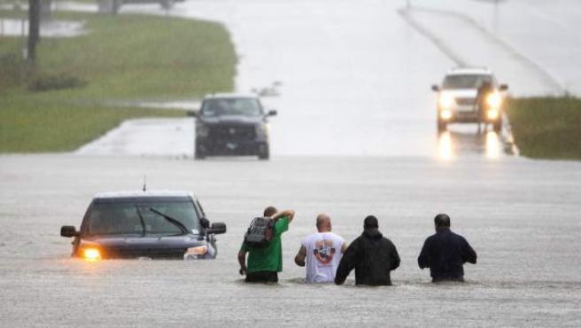 Varios vecinos ayudan a un conductor atrapado por las inundaciones provocadas por el huracán Florence en la ruta 17 cerca de Holly Rodge, en Carolina del Norte.