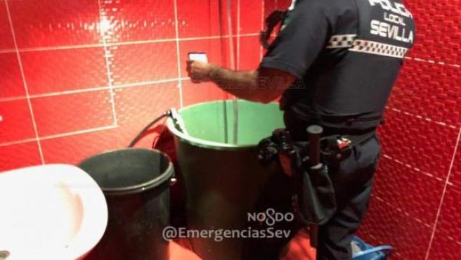 Un agente de la Policía en uno de los establecimientos precintados