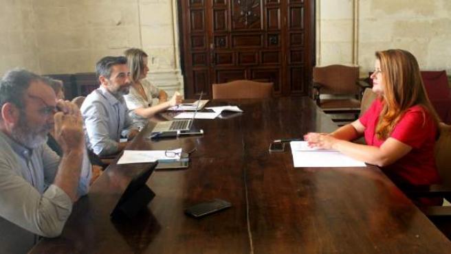 Reunión de Participa con responsables municipales sobre los autobuses turísticos
