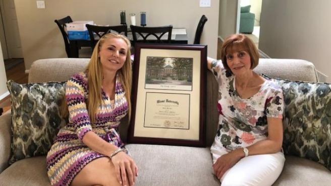 La excandidata republicana al Congreso de EE UU Melissa Howard muestra su diploma en una foto publicada en redes sociales.