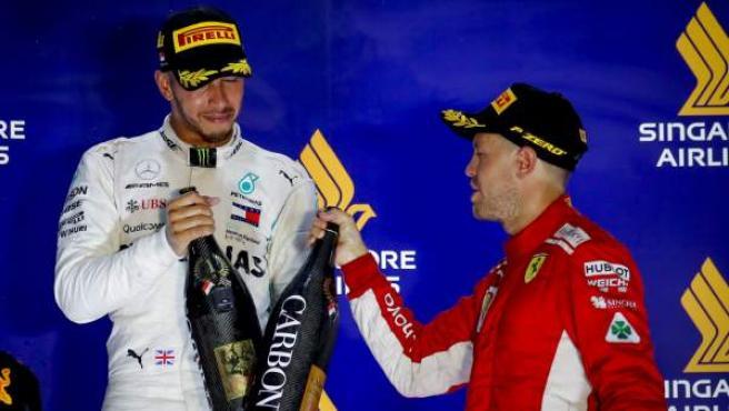 Lewis Hamilton y Sebastian Vettel, en el podio del GP de Singapur.