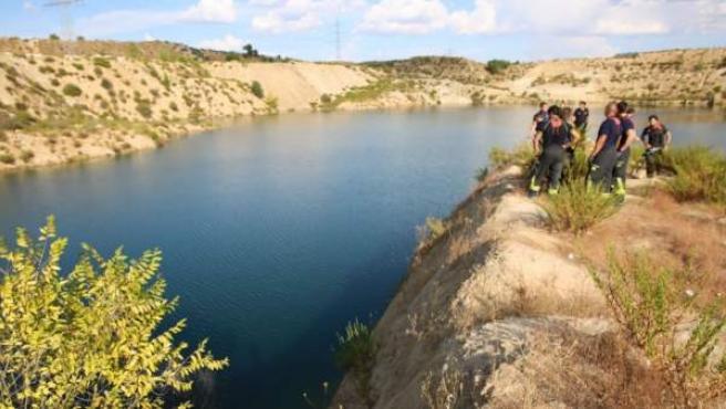 Bomberos buscan a un joven desaparecido en una laguna de Vicálvaro.