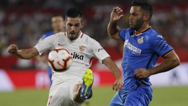 Pablo Sarabia, del Sevilla, intenta controlar el balón ante Bruno, defensa del Getafe.