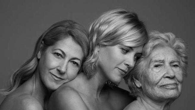 Una de las fotografías de Sergio Lardiez realizadas para el proyecto 'Libres' organizado por Save a Girl Save a Generation. En la imagen, la actriz Maggie Civantos junto a su madre y abuela.