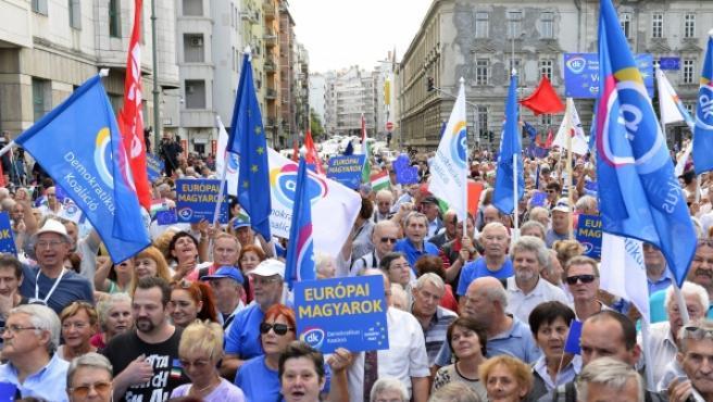 Participantes de las protestas en Hungría.