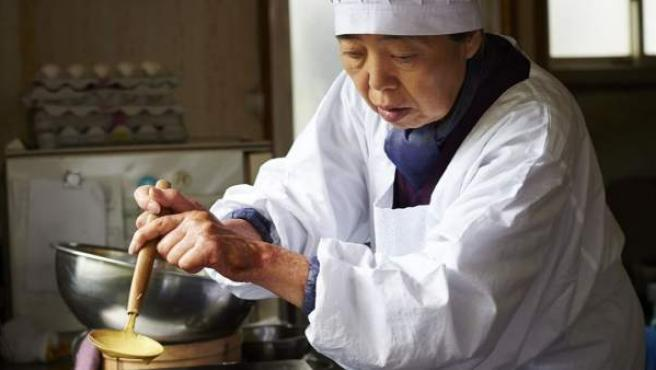 La actriz Kirin Kiki en una escena de la película 'Una pastelería en Tokio'.