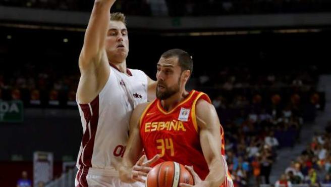 Pablo Aguilar entra a canasta ante Martins Meiers durante el España-Letonia de baloncesto.