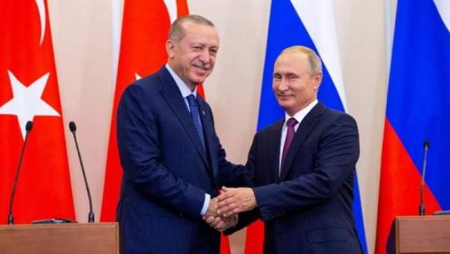 El presidente de Rusia, Vladimir Putin, estrecha la mano de su homólogo turco, Recep Tayyip Erdogan, tras una reunión en Sochi, Rusia.