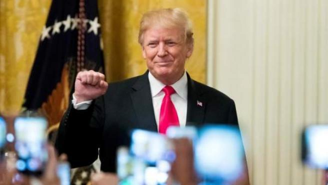 El presidente estadounidense, Donald Trump, saluda tras hablar durante la celebración del Mes Nacional de la Herencia Hispana, en la Casa Blanca.