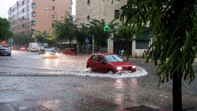 Vista de una de las calles inundadas de Logroño este lunes.