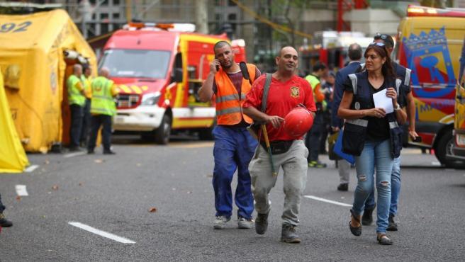 Inmediaciones del hospital de campaña del Samur frente al hotel Ritz, tras el derrumbe de varios forjados en los que falleció uno de los trabajadores que rehabilitaba el edificio.