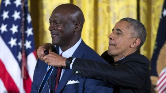 """Obama otorga a Michael Jordan el mayor honor que puede recibir un civil en EEUU: la Medalla de la Libertad. Del jugador más popular de la historia de la NBA aseguró que """"hay una razón por la que la gente dice 'eres el Michael Jordan de algo"""", porque personifica """"lo que significa ser realmente bueno en algo""""."""