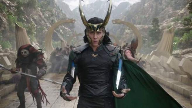 Tom Hiddleston caracterizado como Loki, el dios del engaño.