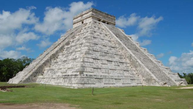 <p>Edificio prehispánico ubicado en la península del Yucatán. Fue construido en el siglo XII por los mayas en la ciudad de Chichén Itzá, que había sido fundada en el siglo VI. Cuenta con nueve niveles, cuatro fachadas y una plataforma superior rematada por un templete.</p>