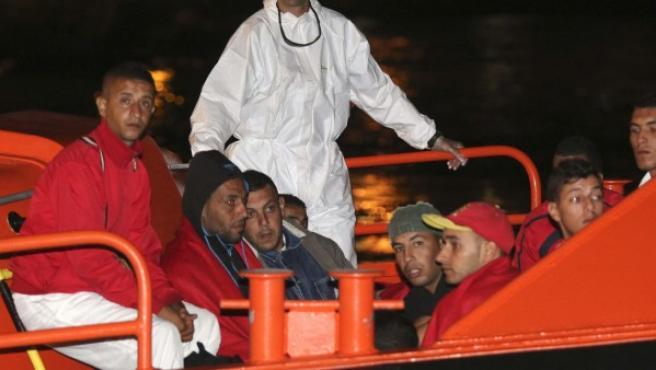 Rescatados 38 inmigrantes a bordo de dos pateras interceptadas en aguas de Almería.