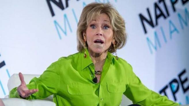 La actriz estadounidense Jane Fonda, tras haber sido operada de un tumor en el labio inferior, participa en la conferencia anual de la Asociación Nacional de Ejecutivos de Programas Televisivos (NATPE), en Miami Beach, Florida (EE UU).