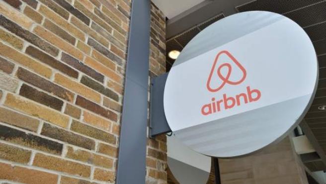 Un logo de la empresa Airbnb.